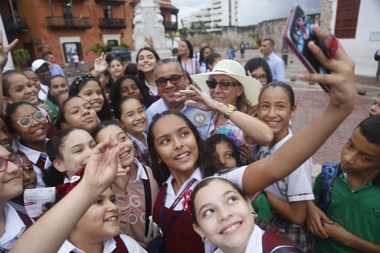 Los estudiantes se toman fotos con el Alcalde de Cartagena, quien los saludó durante el recorrido